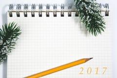 2017 abren la libreta espiral en blanco con la Navidad amarilla del lápiz concentrada Fotos de archivo libres de regalías