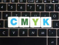Abreviatura CMYK no fundo do teclado fotografia de stock