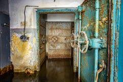 Abri antiaérien soviétique abandonné photo stock