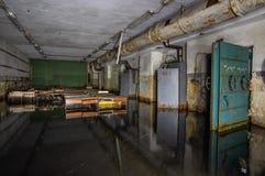 Abri antiaérien soviétique abandonné photographie stock libre de droits