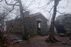 Abri appalachien de montagne de sang de traînée en brouillard Photographie stock libre de droits