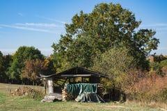 Abri avec du bois, sur le champ, pré Le long de l'itinéraire a appelé Weinstrasse, Allemagne image libre de droits