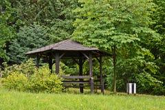 Abri, belvédère en bois en parc images libres de droits