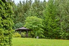 Abri, belvédère en bois en parc photographie stock