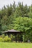 Abri, belvédère en bois en parc photos libres de droits