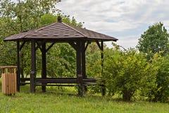 Abri, belvédère en bois en parc photos stock