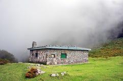 Abri dans la montagne photos libres de droits
