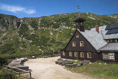 Abri dans les montagnes géantes Photos libres de droits