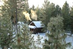 Abri de forêt pour des chasseurs dans le taiga sibérien en hiver images stock