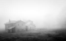 Abri de montagne avec le brouillard images stock
