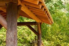 Abri en bois au parc près du bord de forêt en été images stock