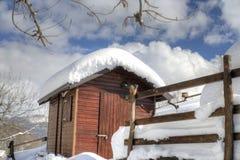 Abri en bois couvert de neige Photo libre de droits
