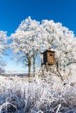 Abri en bois de chasse devant des arbres couverts par gel Photos libres de droits