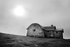 Abri en montagne pendant le matin image libre de droits