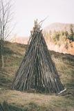 Abri primitif fait à partir du bois Images libres de droits