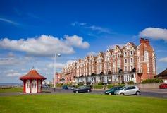 Abri victorien et bâtiments de bord de mer dans Bexhill le Sussex est photographie stock libre de droits
