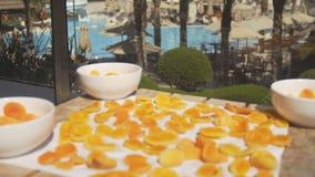 Abricó: abricós frescos alaranjados em um terraço da associação vídeos de arquivo