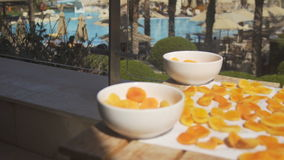 Abricó: abricós frescos alaranjados em um terraço da associação video estoque