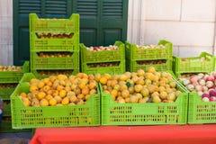 Abricós alaranjados brilhantes em umas caixas para a venda no abricó justo em Porreres, Mallorca fotografia de stock