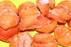 Abricós congelados na geada para a compota ou a sobremesa fotos de stock royalty free