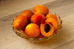 Abricós, doce e suculento, escolhidos recentemente foto de stock