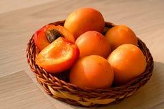 Abricós em uma cesta pequena, saudável e orgânico foto de stock
