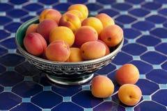 Abricós maduros em uma bacia de Moroocan Foto de Stock Royalty Free