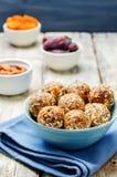 Abricós secados do vegetariano cru, datas, bolas da semente de Chia das amêndoas fotografia de stock