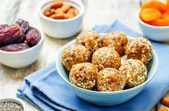 Abricós secados do vegetariano cru, datas, bolas da semente de Chia das amêndoas imagens de stock