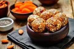 Abricós secados do vegetariano cru, datas, bolas da semente de Chia das amêndoas imagens de stock royalty free
