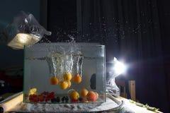 Abricot éclaboussant dans l'eau Photographie stock libre de droits