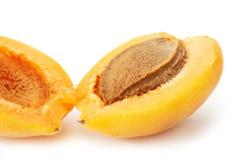 Abricot divisé en deux Photos stock