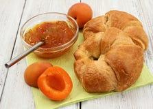 Abricot et croissants sur le fond en bois blanc Photographie stock