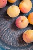Abricot organique frais dans le plat rustique Photo libre de droits