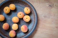 Abricot organique frais dans le plat rustique Photographie stock libre de droits