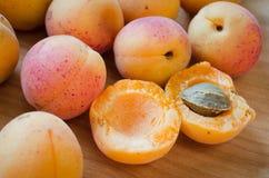 Abricot organique frais sur le fond rustique Photographie stock libre de droits
