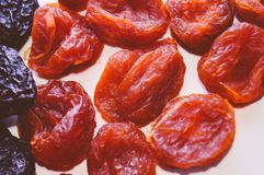Abricot sec et prune sèche - taille sur un fond blanc Nutrition appropriée de petit déjeuner sain Vue supérieure Plan rapproché photos libres de droits