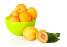 Abricots avec des lames d'isolement Image libre de droits