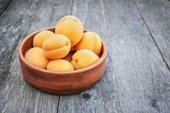 Abricots d'or m?rs dans la cuvette en bois sur le fond en bois Copiez l'espace photo libre de droits