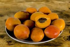 Abricots d'une plaque Image stock