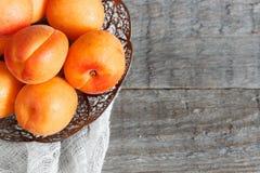 Abricots dans une cuvette sur le fond en bois photos libres de droits