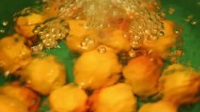 Abricots de lavage de l'eau banque de vidéos