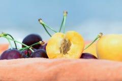 Abricots et cerises Photo libre de droits