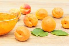 Abricots et confiture mûrs dans un vase en verre Photographie stock