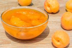 Abricots et confiture mûrs dans un vase en verre, plan rapproché Images stock