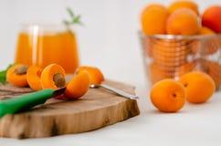 Abricots et jus frais d'abricot sur la table images stock