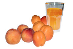 Abricots et pêches avec du jus Photos stock
