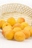 Abricots frais dans le panier Photo libre de droits