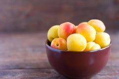 Abricots frais m?rs dans une cuvette sur une table en bois photo stock