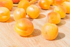 Abricots juteux mûrs sur une table en bois, plan rapproché Images libres de droits